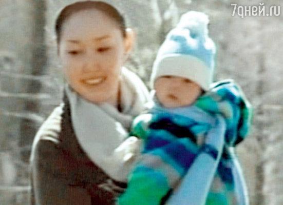 Супруга актера Эрдэнэтуя Бацук и их сын Кунзанг