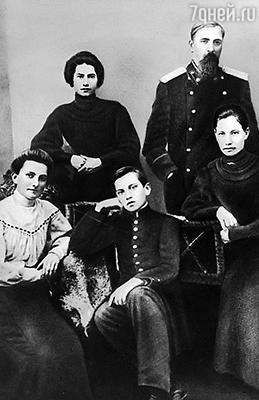 Двенадцатилетний Володя с отцом Владимиром Константиновичем, матерью Александрой Алексеевной и сестрами Людой и Олей. Багдади, 1905 г.