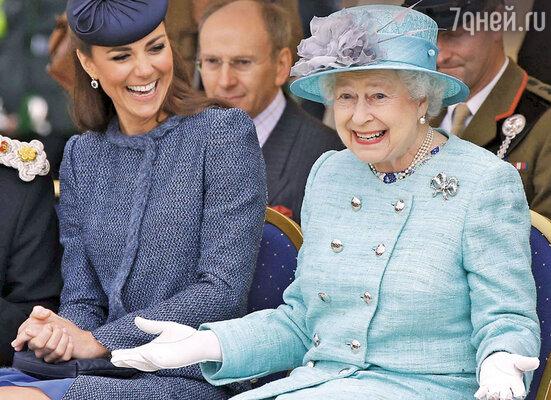 С того времени, как Кейт родила принца Джорджа, королева совершенно перестала замечать Камиллу, супругу принца Чарльза