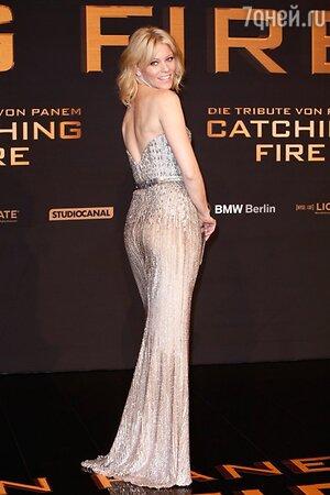 Элизабете Бэнкс в наряде от Elie Saab Couture, с клатчем от Kara Ross на премьере фильма «Голодные игры: И вспыхнет пламя» в Берлине