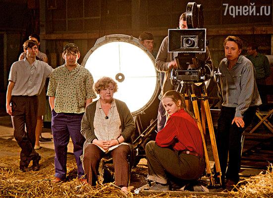 Справа налево: Александр Яценко, Евгений Цыганов (за камерой), Яна Сексте, я и Федот Львов на съемках «Оттепели»