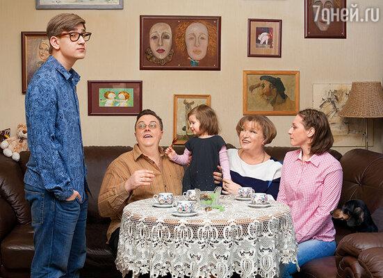 Мой приоритет — семья. Она должна быть большой, чтобы за стол садились все вместе, наливали чай, что-то обсуждали, спорили, смеялись