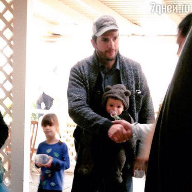 Эштон Катчер с дочерью