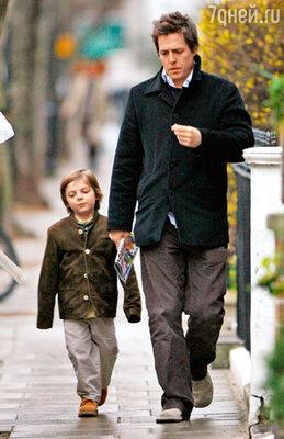 Со своим крестником Дамианом, сыном Лиз Хёрли