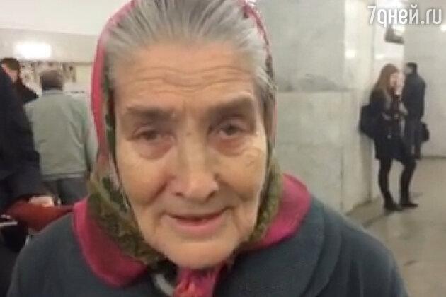 Бабушка в метро поет Азнавура