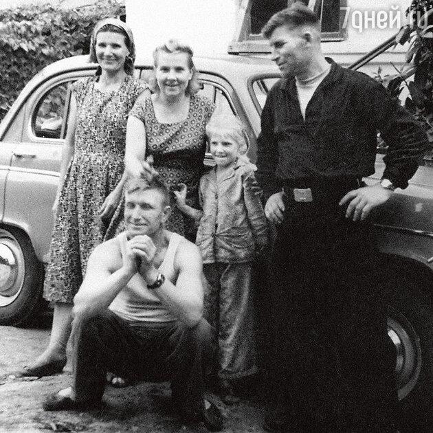 Дедушка и бабушка Юлии Высоцкой — Николай Егорович и Полина Александровна Мелиховы (в центре) со своей дочерью Светланой (мамой Юлии) и друзьями семьи