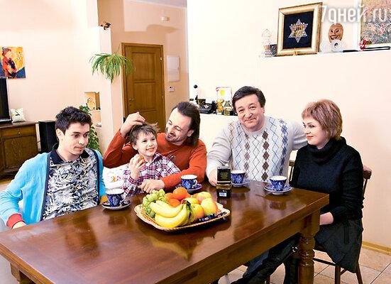 С братом Даниилом, сыном Мартином, родителями Изяславом Наумовичем и Юлией Марковной