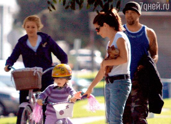 С мужем и его детьми — Чандлер (старшей дочерью от первого брака) и маленькой Санни