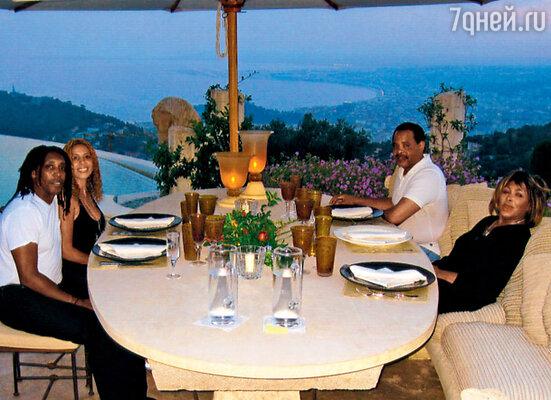 Тина Тернер, ее сын Ронни с женой Хаффидой Лесли и друг семьи на террасе французского поместья