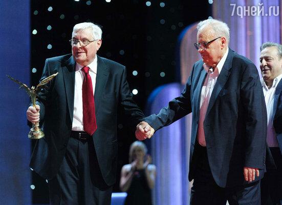 Актер Олег Басилашвили, получивший почетную премию «За честь и достоинство», и режиссер Эльдар Рязанов