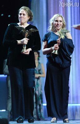 Актрисы Надежда Маркина и Дарья Екамасова, ставшие лауреатами в номинации «Лучшая женская роль» за фильмы «Елена» и «Жила-была одна баба»