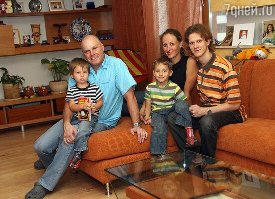 Алексей Кортнев с женой Аминой и сыновьями