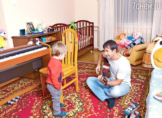 «Как бы ни был занят, всегда найду время пообщаться и поиграть с Елисеем. Ведь ему не понять причин нашего постоянного отсутствия. Сыну просто нужны Мама и Папа»