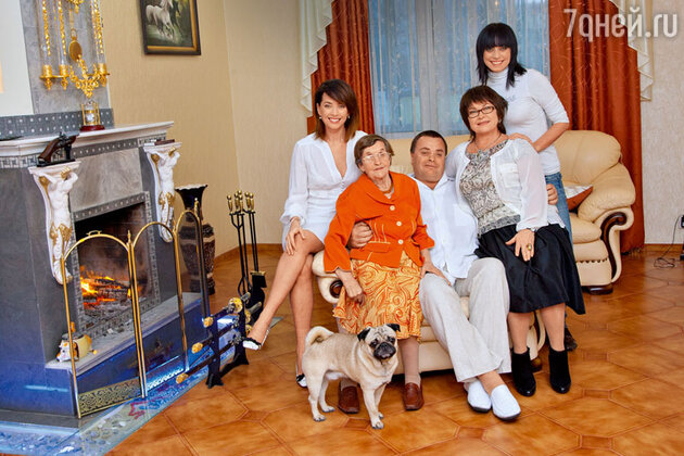 Жанна Фриске с семьей:  бабушкой Паулиной Вильгельмовной, отцом Владимиром Борисовичем, мамой Ольгой Владимировной и сестрой Наташей