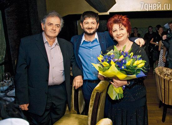 Именинник Ншан (так Мишу зовут по паспорту) Сергеевич с папой Сергеем Ншановичем и мамой Сусанной Ардашевной