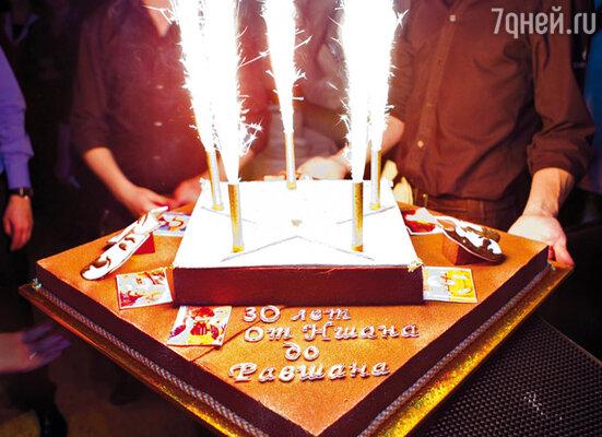 Торт именинник попробовал только утром (заботливая супруга припасла для него пару кусков), на дне рождения «руки не дошли»