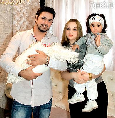 Александр Бердников с женой Ольгой, дочерью Миланой исыном Марселем