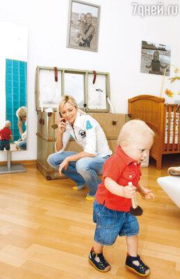 Лена с сыном в своей питерской квартире