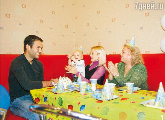 Первый день рождения Тристана отмечали в Москве в семейном развлекательном центре «Crazy Park». Именинник с родителями и с бабушкой Татьяной Ивановной. 7 октября 2008 г.