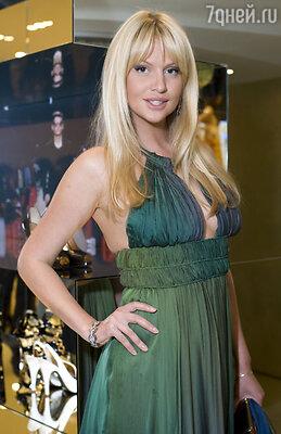8 июля состоится ткрытие флагманского бутика Yulia Prokhorova Beloe Zoloto. (На фото: гостья открытия Виктория Лопырева)