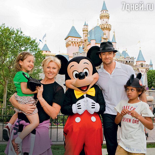 Хью Джекман и Деборра-Ли Фернесс с детьми Оскаром и Авой. 2009 г.