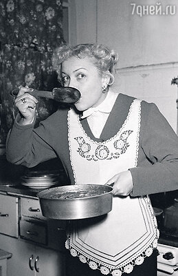 «У нас никогда не было домработниц, мама всеуспевала сама».1955 г.