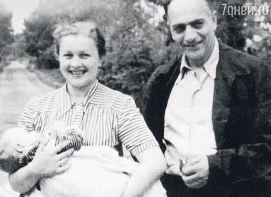 «Год после моего рождения наша семья была счастлива. Потом отец высказался против строительства высоток в Москве, и Берии это не понравилось. Папа был снят сработы. Это означало одно: скоро за ним придут. Асовременем — и за нами»