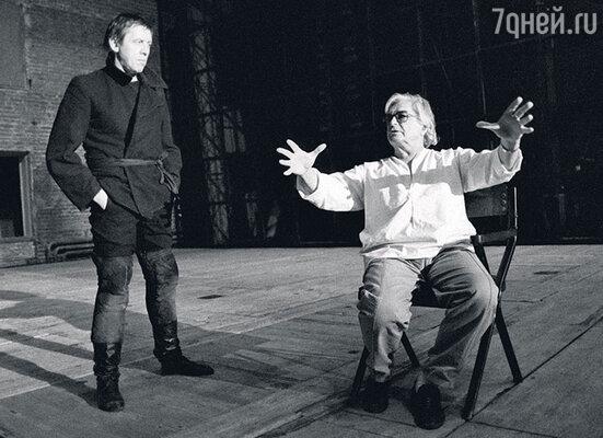 «Новый театр, который Любимов создал в 60-е годы, появился во многом благодаря маме. Помню, наш дом наполнился в те годы интересными людьми. Здесь исполнял свои песни Высоцкий, читали стихи Вознесенский и Евтушенко, бывали Сахаров, Капица…»