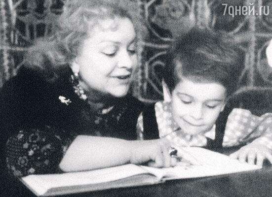 Людмила Целиковская с внуком Каро
