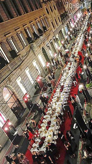 После показа весенне-летней коллекции Dolce&Gabbana ужин прямо на улице