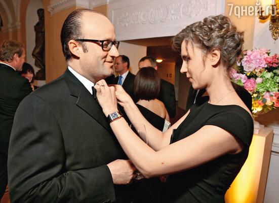 Ксения Алферова дружески поправляет принцу Роберту бабочку