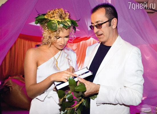 Олеся принимает презент от Александра Буйнова. Подарок певец подобрал в соответствии с регламентом вечера — золотую цепочку с подвесками из белого жемчуга