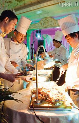 Приготовление горячих блюд было превращено шеф-поваром в целое шоу
