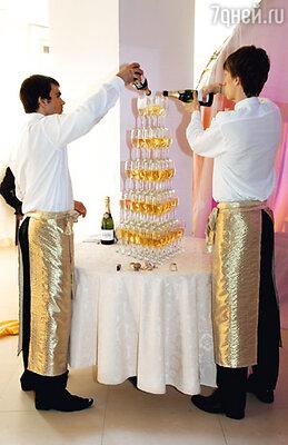 Пирамида из бокалов с шампанским встречала гостей в фойе