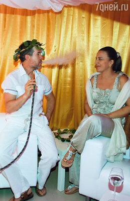 Валерий Яременко с супругой Анной расслабляется в золотом шатре- кальянной, заботливо устроенном хозяевами вечера для курящих гостей