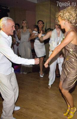 Зажигательные танцы отца именинницы довели до изнеможения не только Олесю, но и Катю Лель с Лерой Кудрявцевой