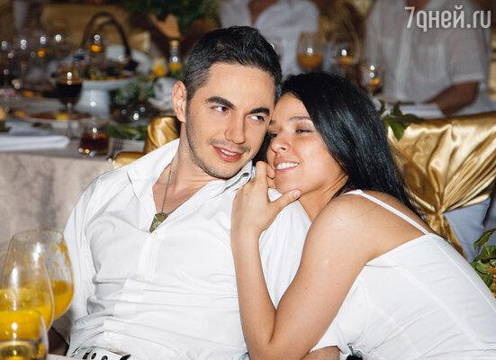 Утомленные танцами Тимур Родригез и его супруга Анна