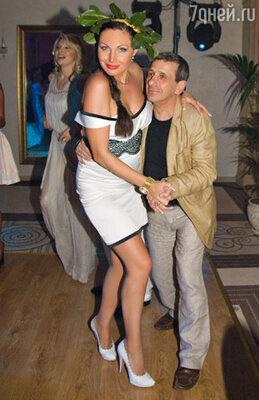 Наталья Бочкарева и Борис Смолкин поддерживали настроение танцующих на высоте...