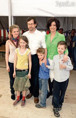Бенте Фреге, ставшая второй женой Ларса, была воспитательницей в детском саду, куда ходила его младшая дочь. Ларс с Бенте и детьми — Агнес, Сельмой, Беньямином и Людвигом, 2006 г.
