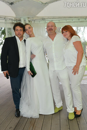 Михаил Полицеймако с женой Ларисой и молодоженами