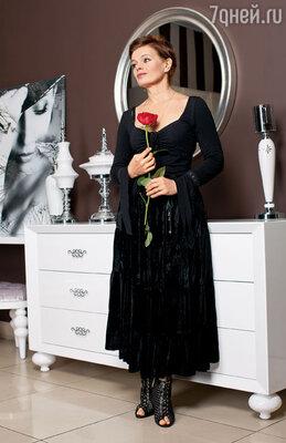 На этом снимке я в подаренной Булатом юбке. И с розой — его любимым цветком