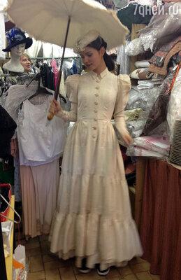 Я купила  шелковое свадебное платье  с зонтиком и шляпкой 1901 года. Это платье после реставрации лет десять висело в магазине, а тут пришла я и купила его. Видимо, оно меня ждало и дождалось!