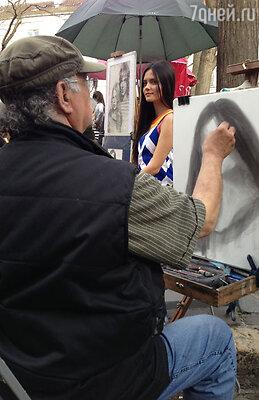Катя, как художница, не смогла пройти мимо уличного мастера, так что теперь у нее есть собственный портрет, нарисованный в Париже!