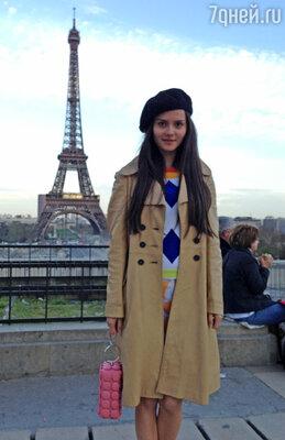 Катя не только прогулялась по району Порт-де-Клинанкур, известному своим блошиным рынком Марше-о-Пюс, но и осмотрела достопримечательности, сфотографировавшись, например, на фоне знаменитой Эйфелевой  башни