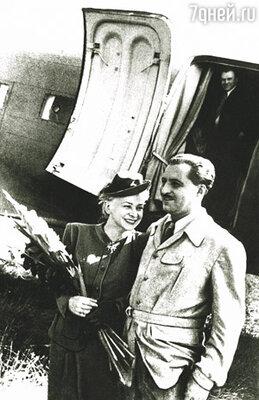 Симонов добивался любви Серовой несколько лет и рассказывал о своих чувствах к Валентине в стихах, которыми зачитывалась вся страна. В 1943 году они поженились