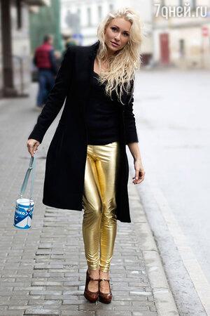 На Екатерине: Пальто Galliano, топ Pull&Bear, леггинсы Iswag, туфли Ballin, сумка Peppi. Визажист: Наталья Сырова.