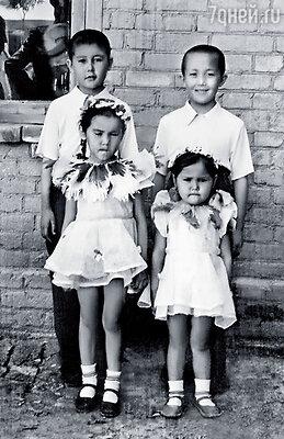 С младшей сестрой Таней и братьями Юрой и Арсеном