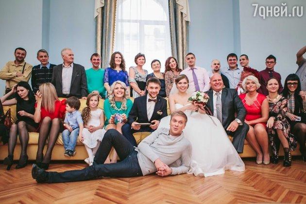 Сергей Светлаков с молодоженами и их родственниками