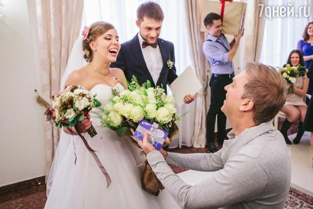 Сергей Светлаков с молодоженами