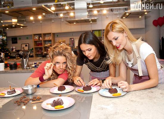 Подается «Шоколадный фондан» сразуже после приготовления, вгорячем виде, иначе его вкус может «поблекнуть»